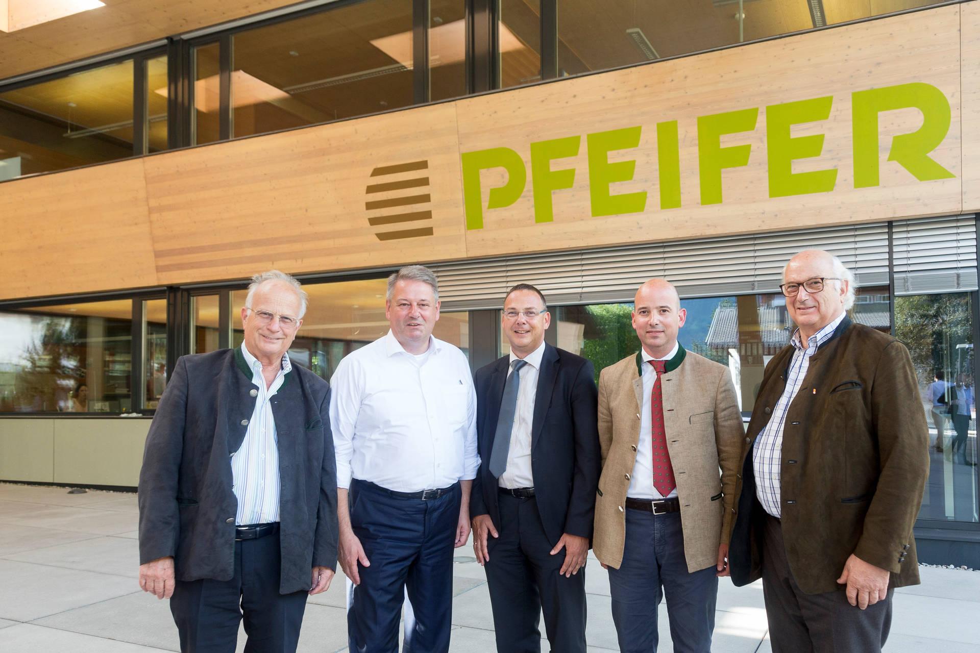 Minister Andrä Rupprechter zu Gast bei Pfeifer Holz in Imst